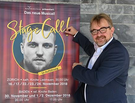 Benjamin Stückelberger vor Stage Call-Plakat